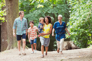 Multi-generation family walking in woodsの写真素材 [FYI02168519]