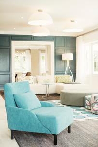 Turquoise armchair in luxury living roomの写真素材 [FYI02168595]