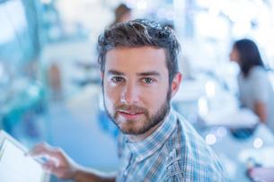 Portrait confident businessman with digital tabletの写真素材 [FYI02168642]