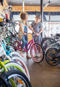 Women shopping for bicycles in bicycle shopの写真素材 [FYI02168656]
