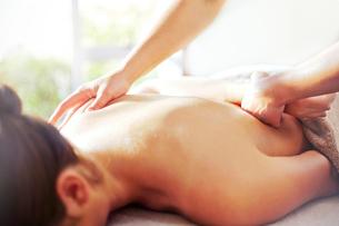 Masseuse massaging woman's backの写真素材 [FYI02168681]