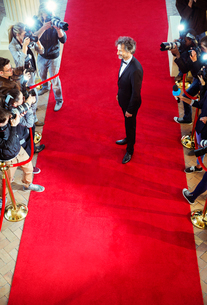 Celebrity being photographed by paparazzi photographers at red carpet eventの写真素材 [FYI02168691]