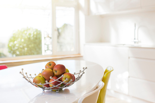 Apples in wire basket on modern kitchen tableの写真素材 [FYI02168739]