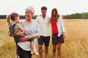 Multi-generation family walking in rural fieldの写真素材 [FYI02168753]