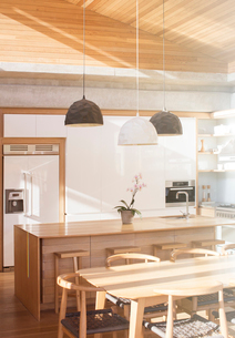 Modern sunny kitchenの写真素材 [FYI02168759]