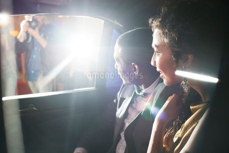 Celebrity couple in limousine arriving at red carpet eventの写真素材 [FYI02168788]