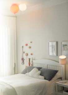 Balloon lights over child's bedの写真素材 [FYI02168941]