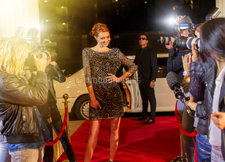 Celebrity arriving and posing for paparazzi photographers at red carpet eventの写真素材 [FYI02168943]