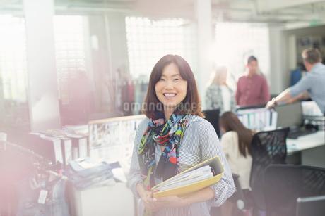 Portrait confident fashion designer in officeの写真素材 [FYI02168960]