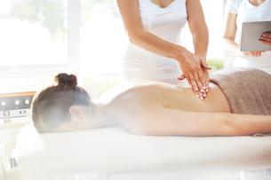 Masseuse massaging woman's backの写真素材 [FYI02168991]