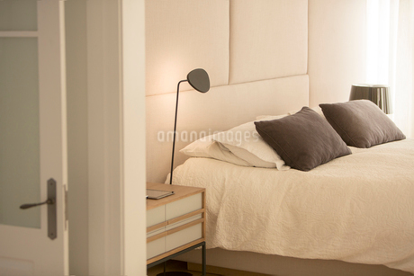 Illuminated lamp over bedの写真素材 [FYI02169047]