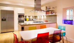 Modern kitchen and dining tableの写真素材 [FYI02169096]