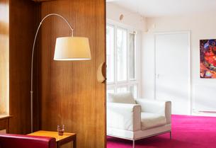 Floor lamp in corner of living roomの写真素材 [FYI02169125]