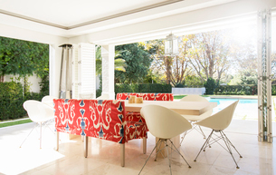 Home showcase dining room open to patioの写真素材 [FYI02169130]