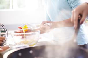 Close up women baking in kitchenの写真素材 [FYI02169186]