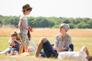 Multi-generation family in sunny fieldの写真素材 [FYI02169248]
