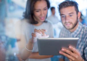 Creative business people using digital tablet in officeの写真素材 [FYI02169321]