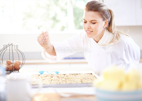 Chef baking in kitchenの写真素材 [FYI02169362]
