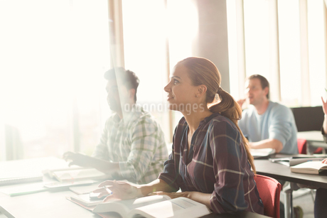 Attentive students listening in adult education classroomの写真素材 [FYI02169669]