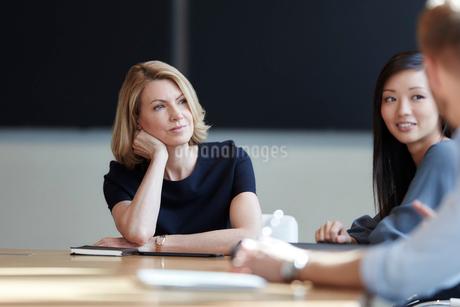 Attentive businesswoman listening in meetingの写真素材 [FYI02169745]
