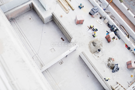 Overhead view of construction workers at construction siteの写真素材 [FYI02169759]