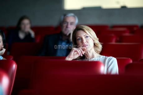 Attentive businesswoman listening in seminar audienceの写真素材 [FYI02169773]