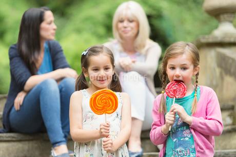Girls with lollipops in parkの写真素材 [FYI02169988]