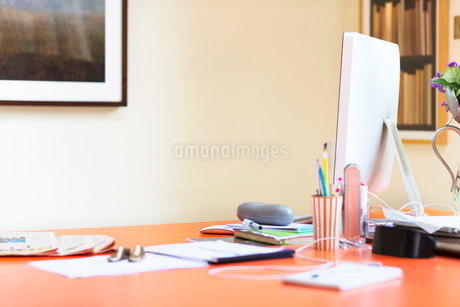 Computer and paperwork on desk in home officeの写真素材 [FYI02170013]
