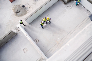 Overhead view of construction workers and engineers at construction siteの写真素材 [FYI02170072]