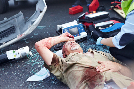 Car accident victim laying in roadの写真素材 [FYI02170077]