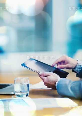 Businessman using digital tablet at conference tableの写真素材 [FYI02170094]