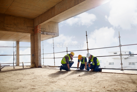 Construction workers working at highrise construction siteの写真素材 [FYI02170120]