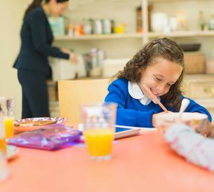 Girls at breakfast tableの写真素材 [FYI02170122]