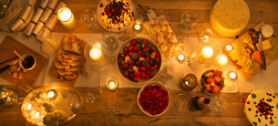 Overhead view candlelight table with Christmas dessertsの写真素材 [FYI02170126]