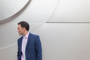 Corporate businessman looking awayの写真素材 [FYI02170215]
