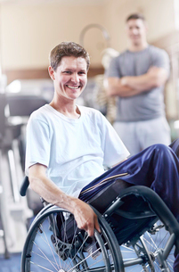 Portrait smiling man in wheelchair at physical therapy officeの写真素材 [FYI02170297]