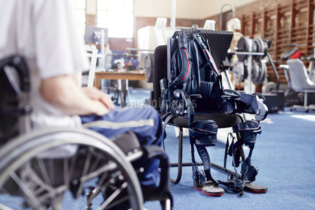 Man in wheelchair near physical therapy equipmentの写真素材 [FYI02170314]