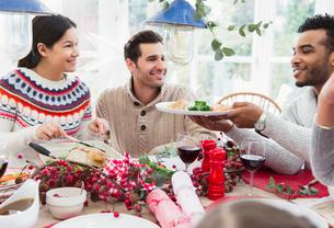 Woman serving turkey at Christmas dinnerの写真素材 [FYI02170337]