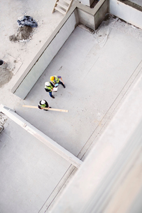 Overhead view of construction workers at construction siteの写真素材 [FYI02170339]
