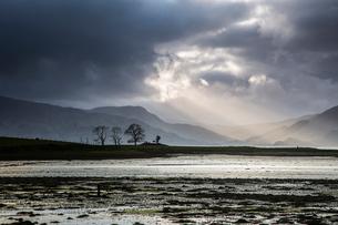 Sunbeams in stormy sky over lake, Scotlandの写真素材 [FYI02170354]