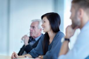Smiling businesswoman listening in meetingの写真素材 [FYI02170362]