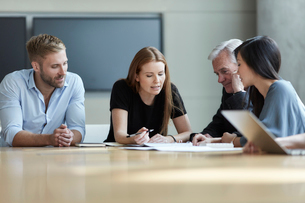Business people reviewing paperwork in meetingの写真素材 [FYI02170368]