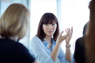 Businesswoman gesturing and talking in meetingの写真素材 [FYI02170423]