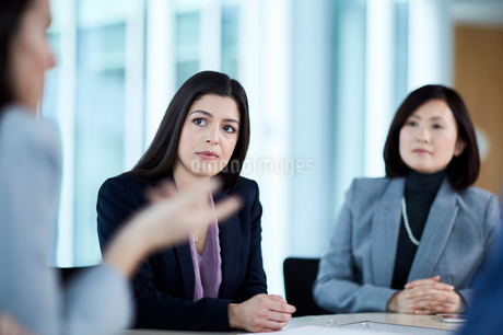 Attentive businesswoman listening to colleague in meetingの写真素材 [FYI02170429]