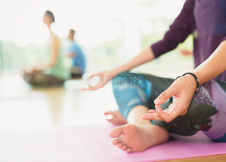 Close up woman in lotus position practicing gyan mudraの写真素材 [FYI02170473]