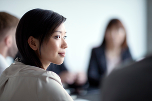 Attentive businesswoman listening in meetingの写真素材 [FYI02170480]
