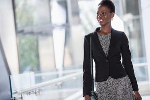Smiling corporate businesswoman looking awayの写真素材 [FYI02170491]