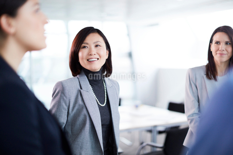 Smiling businesswomen talkingの写真素材 [FYI02170507]
