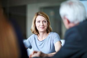Businesswoman listening to businessman in meetingの写真素材 [FYI02170529]