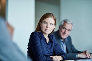 Attentive businesswoman listening in meetingの写真素材 [FYI02170542]